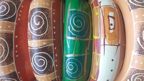 Färgrikt av handgjorda keramiska krukor arkivfoto