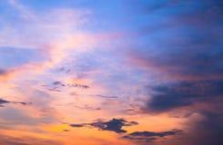 Färgrikt av himmel och moln på skymning, på soluppgång Arkivbilder