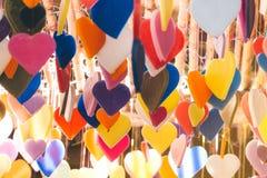 Färgrikt av hjärtor som göras av stearinljusmodelldesigner som hänger från c arkivbild