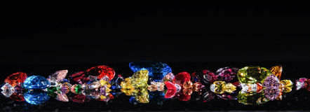 Färgrikt av olika gemstones med utrymme för text på svartbac royaltyfria bilder