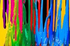 Färgrikt av plastisolfärgpulver dryper förbi i motsatta riktningar royaltyfri bild