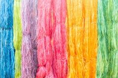 färgrikt av rå mångfärgad siden- trådbakgrund Fotografering för Bildbyråer