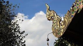 Färgrikt av stor naga med den lilla klockan på tempeltaket royaltyfri foto