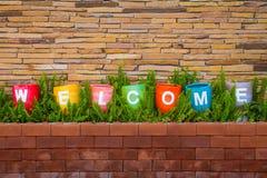 Färgrikt av välkomnandet med stenväggen Royaltyfria Foton