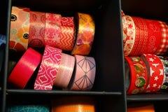 Färgrikt band som ska dekoreras, urklippsbokmaterial, band Arkivfoton