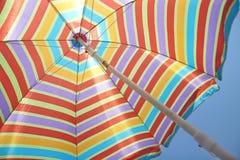 Färgrikt bandstrandparaply Arkivfoton