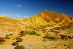 Färgrikt berg och blå sky arkivfoto