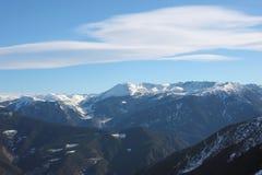 Färgrikt berglandskap - berg som täckas med snö och som är bevuxna med granträd, Vallnord, furstendöme av Andorra, Europa arkivfoto
