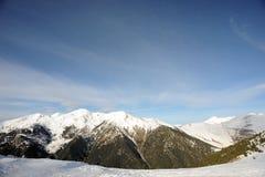 Färgrikt berglandskap - berg som täckas med snö, Vallnord, furstendöme av Andorra, Europa arkivbilder
