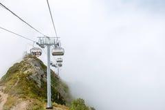 Färgrikt berglandskap för sommar med blå molnig himmel och skidlift Sikt från elevatorn upp berget i sommar royaltyfria foton