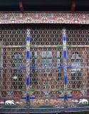 Färgrikt bhutanesiskt fönster och galler Arkivbild