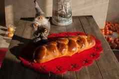 Färgrikt bröd med vintergarnering Arkivbild