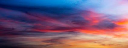 Färgrikt cirrusmolnmoln på skymninghimmel arkivfoton