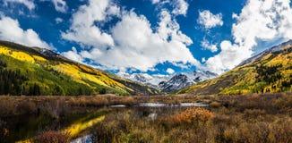 Färgrikt Colorado berg i nedgång Arkivbilder