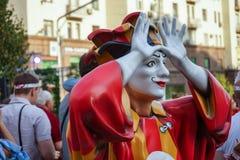 Färgrikt diagram av en clown med lyftta armar royaltyfri fotografi
