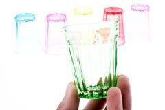 Färgrikt dricka exponeringsglas i hand Arkivbild