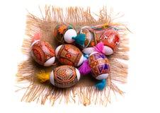 färgrikt easter ägg isolerad servett Arkivfoto