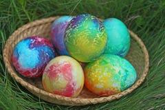 Färgrikt easter ägg på grönt gräs Royaltyfri Fotografi