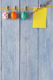 Färgrikt easter kort och girland på wood bakgrund arkivfoton