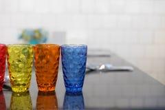 färgrikt exponeringsglas, sked, gaffel på tabellen i restaurang Royaltyfria Bilder