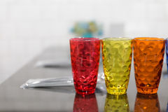 färgrikt exponeringsglas, sked, gaffel på tabellen i restaurang Royaltyfri Fotografi