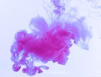 Färgrikt färgpulver bevattnar in abstrakt bakgrund Rökfärg Arkivbild