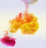 Färgrikt färgpulver bevattnar in abstrakt bakgrund Rökfärg Royaltyfri Fotografi