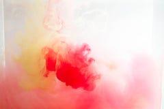 Färgrikt färgpulver bevattnar in abstrakt bakgrund Rökfärg Arkivbilder