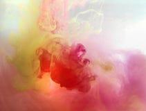 Färgrikt färgpulver bevattnar in abstrakt bakgrund Rökfärg Arkivfoto