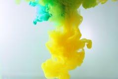 Färgrikt färgpulver bevattnar in abstrakt bakgrund Rökfärg Royaltyfri Bild