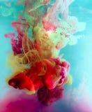 Färgrikt färgpulver bevattnar in abstrakt bakgrund Rökfärg Royaltyfria Bilder