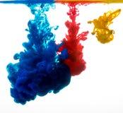 Färgrikt färgpulver i vatten Royaltyfri Foto