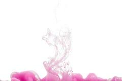 Färgrikt färgpulver som isoleras på vit bakgrund rosa färgdroppe som virvlar runt under vatten Moln av färgpulver i vatten Royaltyfri Foto