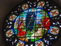 Färgrikt fönster av en nätt kyrka i cartagena royaltyfria foton