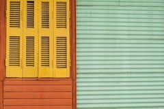 Färgrikt fönster för tappning royaltyfria bilder