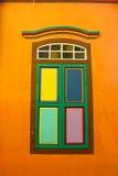 Färgrikt fönster på små Indien, Singapore Arkivbilder