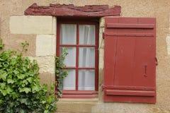 Färgrikt fönster som omges av murgrönan Chenonceaux france Arkivbilder