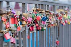 Färgrikt förälskelselås på Ellerntorsbridgen i Hamburg arkivfoto