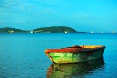 Färgrikt fartyg i havet, Thailand Arkivfoto