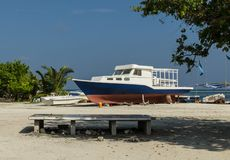 Färgrikt fartyg på stranden av den tropiska ön, Maafushi strand, Maldiverna, Indiska oceanen Royaltyfri Bild