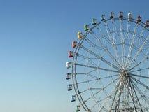 Färgrikt ferrishjul mot blå himmel Arkivfoton