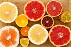 Färgrikt festligt sortiment av citrusfrukt Arkivfoton