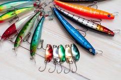 Färgrikt fiske lockar på det wood skrivbordet Royaltyfri Foto