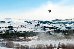 Färgrikt flyg för ballong för varm luft i den blåa himlen ov Arkivfoto