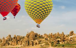Färgrikt flyg för ballong för varm luft över berget fotografering för bildbyråer