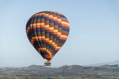 färgrikt flyg för ballong för varm luft i himmel över arkivbild