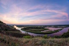 Färgrikt foto för sommar på deltan av floden Vorskla på sunrien Arkivbild