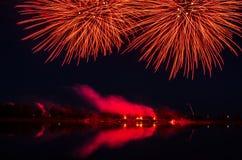 Färgrikt fyrverkeri på natten Royaltyfri Fotografi