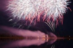 Färgrikt fyrverkeri på natten Royaltyfria Bilder