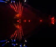 Färgrikt fyrverkeri på natten Arkivbilder
